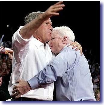 Senator John McCain spoczywający bezpiecznie na piersiach Nowego Porządku Świata