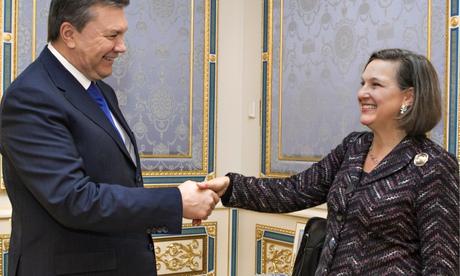 Nuland i Janukowycz. Rytualne uśmiechy tuż przed wbiciem noża w plecy.