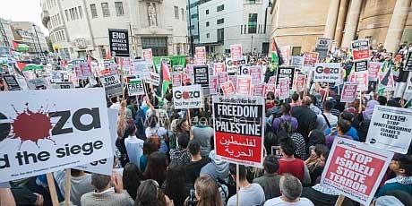 Ponad 5 000 protestujących przed budynkiem BBC przeciw proizraelskiej propagandzie stacji, Londyn 15 lipca 2014 r.