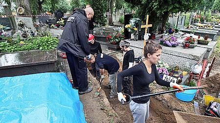 Masowy grób ofiar komunistycznych represji na cmentarzu przy ul. Wałbrzyskiej na warszawskim Służewie, 1 lipca 2014 r.