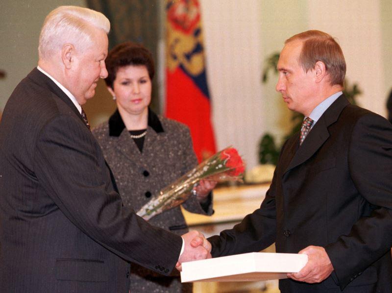 Prezydent Borys Jelcyn powierza dotychczasowemu szefowi Federalnej Służby Bezpieczeństwa (sukcesorki KGB) Władimirowi Putinowi stanowisko premiera Federacji Rosyjskiej, 9 sierpnia 1999 r.