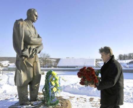 Prezydent Wiktor Juszczenko składa kwiaty pod pomnikiem Stepana Bandery