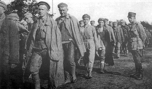 Kolumna jeńców radzieckich w drodze do obozu w Rembertowie (zbiory Muzeum Historii Fotografii w Krakowie, fot. J. Zimowski)