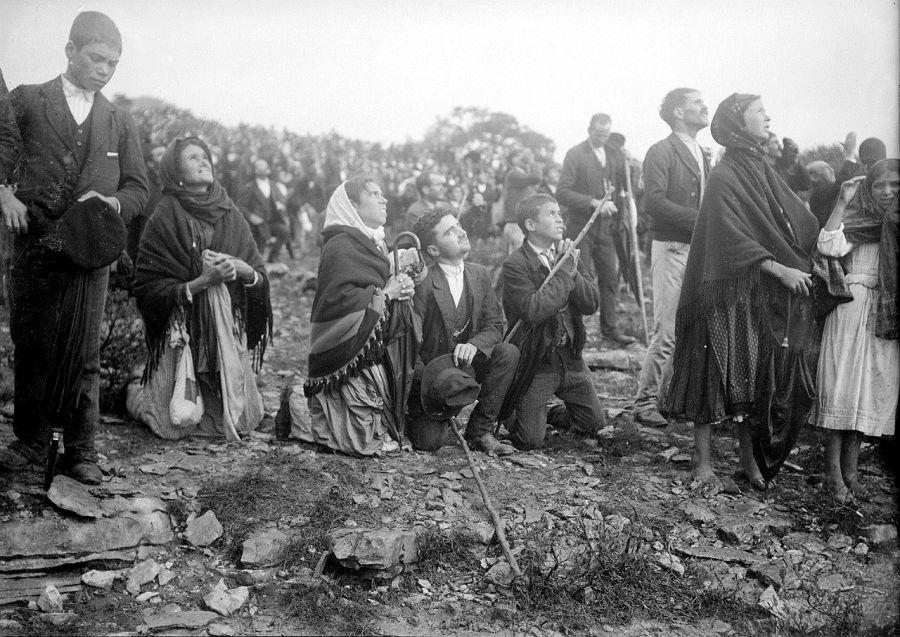 """Ludzie oglądający """"cud Słońca"""", Fátima, 13.10.1917 r."""