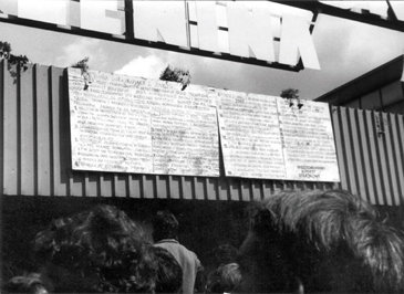 21 postulatów wypisanych na drewnianych tablicach na bramie stoczni. Gdańsk, Sierpień 1980 r.