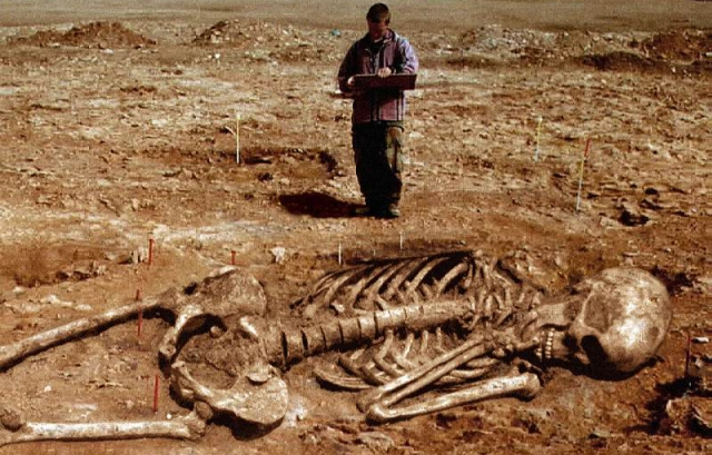 Giant-Human-Skeletons-Discovered-in-Wisconsin