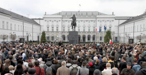 Tlum-przed-Palacem-Prezydenckim-w-Warszawie