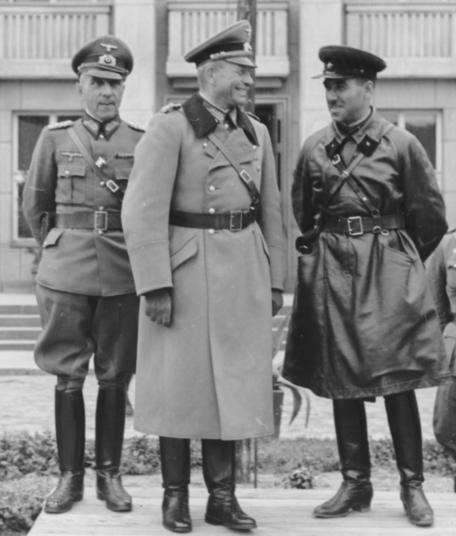 Gen. Mauritz von Wiktorin, gen.Heinz Guderian i kombryg Siemion Moisiejewicz Kriwoszein odbierają wspólną defiladę Wehrmachtu i Armii Czerwonej w Brześciu