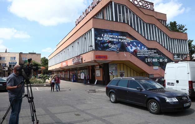 M³awa, 15.06.2015. Budynek w M³awie przy ulicy Boles³awa Chrobrego, w którym znajduje siê klub i krêgielnia, 15 bm. W nocy z 13 na 14 bm. w toalecie krêgielni w nocnym lokalu dosz³o do zabójstwa dziennikarza lokalnego portalu, 32-letniego £ukasza M. Policja zatrzyma³a do wyjaœnienia dwie osoby. Mê¿czyzna podejrzewany o dokonanie zabójstwa jest wci¹¿ poszukiwany. (mr) PAP/Marcin Bednarski ***Zdjêcie do depeszy PAP pt. Dwie osoby zatrzymane w zw. z zabójstwem dziennikarza w M³awie***