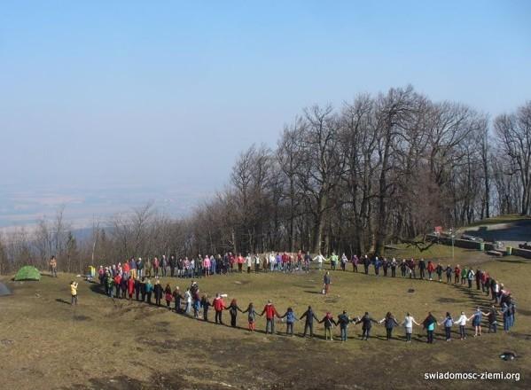 Krąg medytacyjny na Ślęży, wiosna 2015. Fot. Max Artecki